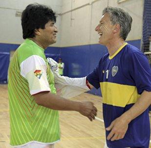 Presidente de Bolivia, Evo Morales, y presidente de Argentina, Mauricio Macri, después de un partido de fútbol