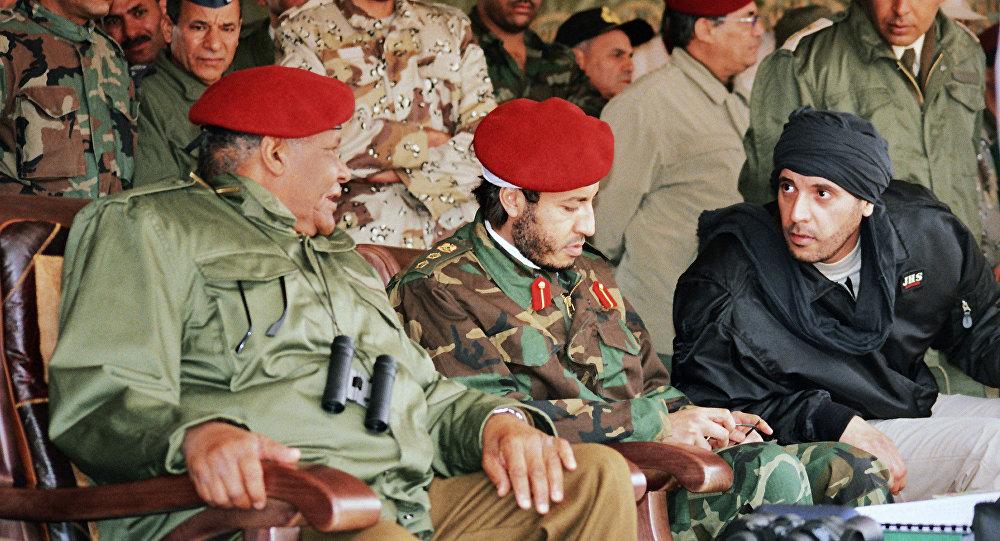 Al-Saadi Gadafi (centro) y Hanibal Gadafi (derecha), hijos del ex líder libio, Muamar Gadafi