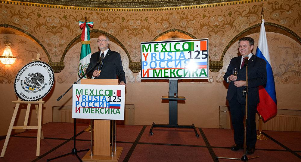El embajador de México en la Federación de Rusia, Rubén Beltrán, y el director del Departamento para América Latina del Ministerio de Exteriores ruso, Alexander Schetinin