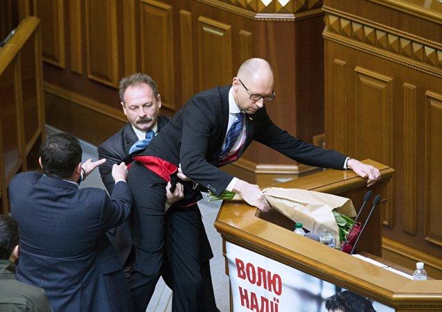Diputado de la Rada ucraniana, Oleg Barna, y primer ministro Arseni Yatseniuk