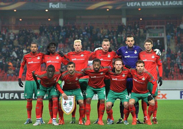 Сlub de fútbol Lokomotiv en un partido de los dieciseisavos de la UEFA Europa League 2015/16