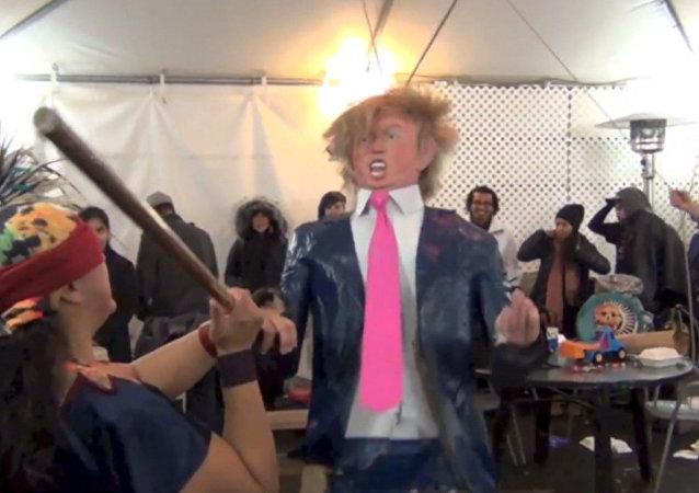 Niños destrozan una piñata en forma de Trump