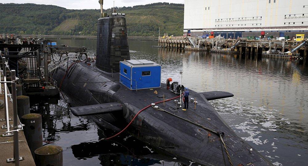 Submarino nuclear en la base naval de la Marina Real Británica en Faslane, Escocia