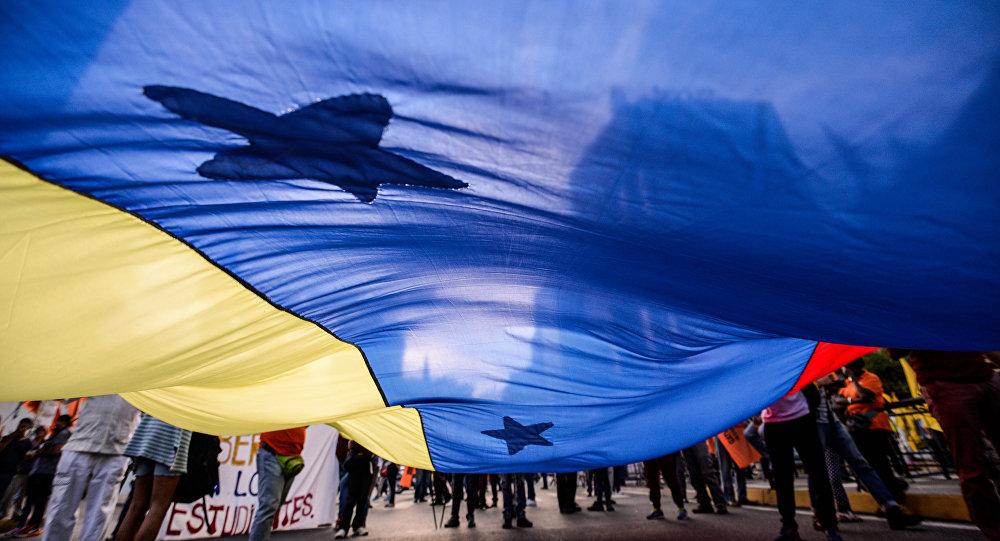 Seguidores de la Mesa de la Unidad Democrática con la bandera de Venezuela (archivo)