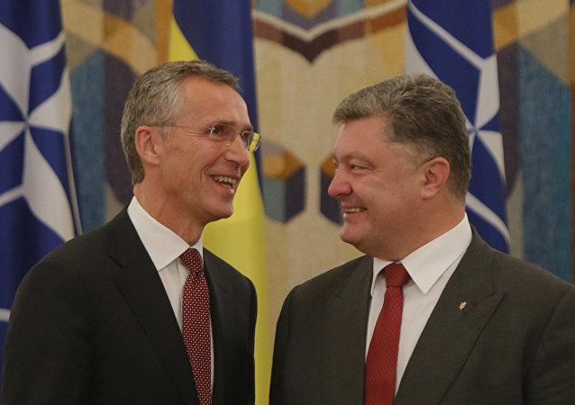 Secretario general de la OTAN Jens Stoltenberg y presidente de Ucrania Petró Poroshenko (archivo)