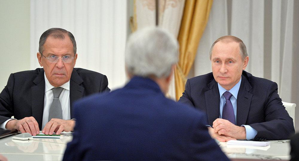 Ministro de Exteriores de Rusia, Serguéi Lavrov, secretario de Estado de EEUU, John Kerry y presidente de Rusia, Vladímir Putin