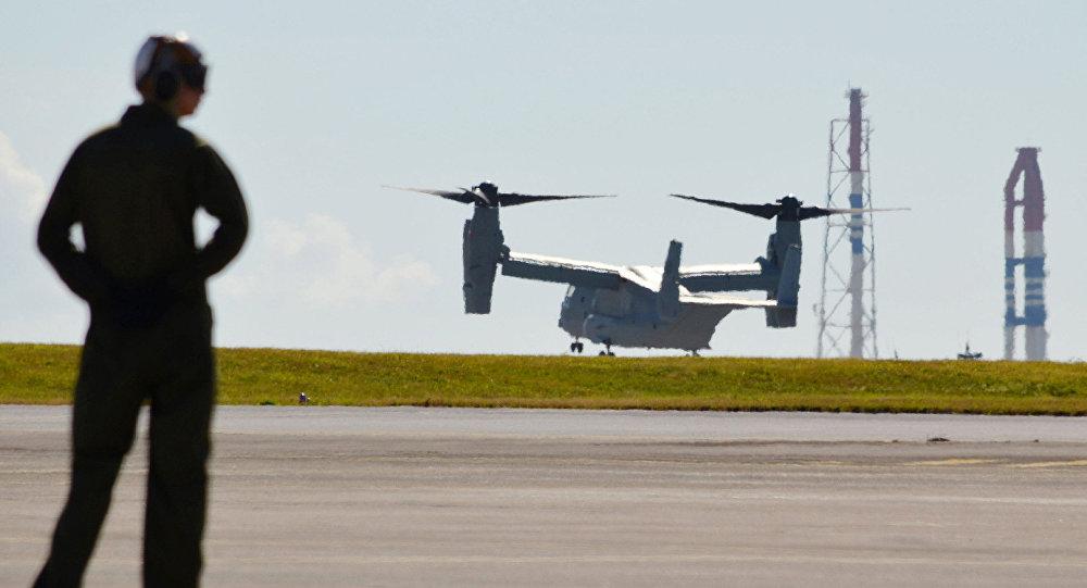 Helicóptero de FFAA de EEUU en la base militar Futenma en Okinawa