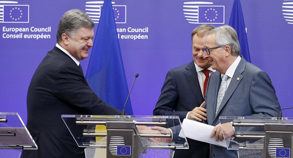 Presidente de Ucrania, Petró Poroshenko, presidente del Consejo Europeo, Donald Tusk  y presidente de la Comisión Europea, Jean-Claude Juncker