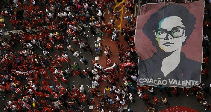 Los miembros de los sindicatos de trabajadores protestan contra la destitución de Rousseff
