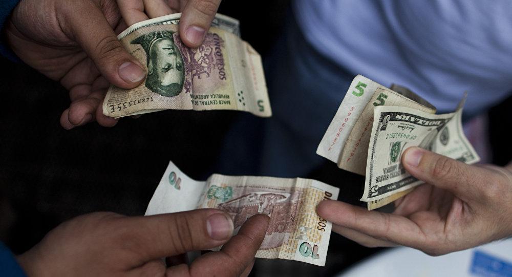 Peso argentino y dólar estadounidense (imagen referencial)