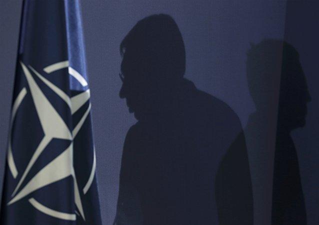 Siluetas del primer ministro serbio, Aleksandar Vucic y  secretario general de la OTAN, Jens Stoltenberg durante una reunión en Serbia