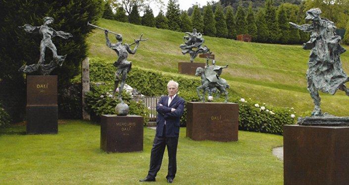 Juan González-Quirós y Corujo, conde de La Carrera, con las esculturas de Salvador Dalí