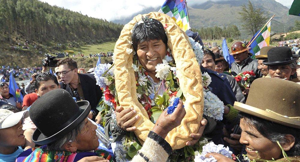 El presidente boliviano Evo Morales con los residentes en Quime, sureste de  La Paz, El 28 de Noviembre del 2015