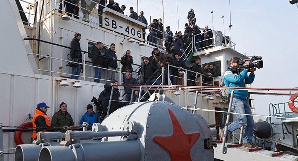 Periodistas a bordo del crucero Moskva