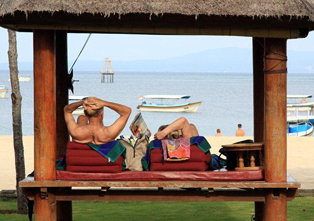 Turistas en la playa Nusa Dua, Indonesia