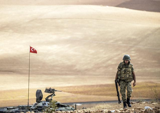 Soldado turco cerca de la frontera con Siria