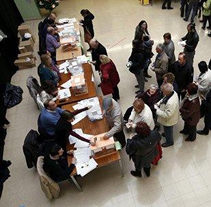 Los ciudadanos en un local de votación durante las elecciones en Barcelona