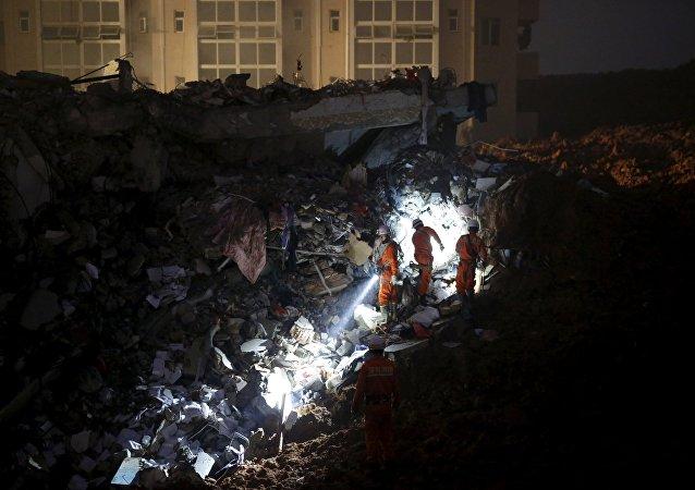 Casi 60 desaparecidos por un deslizamiento de tierras en China