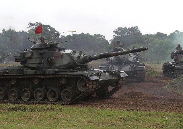 Soldados taiwaneses conducen carros de combate estadounidenses M60-A3 durante unas manobras (archivo)