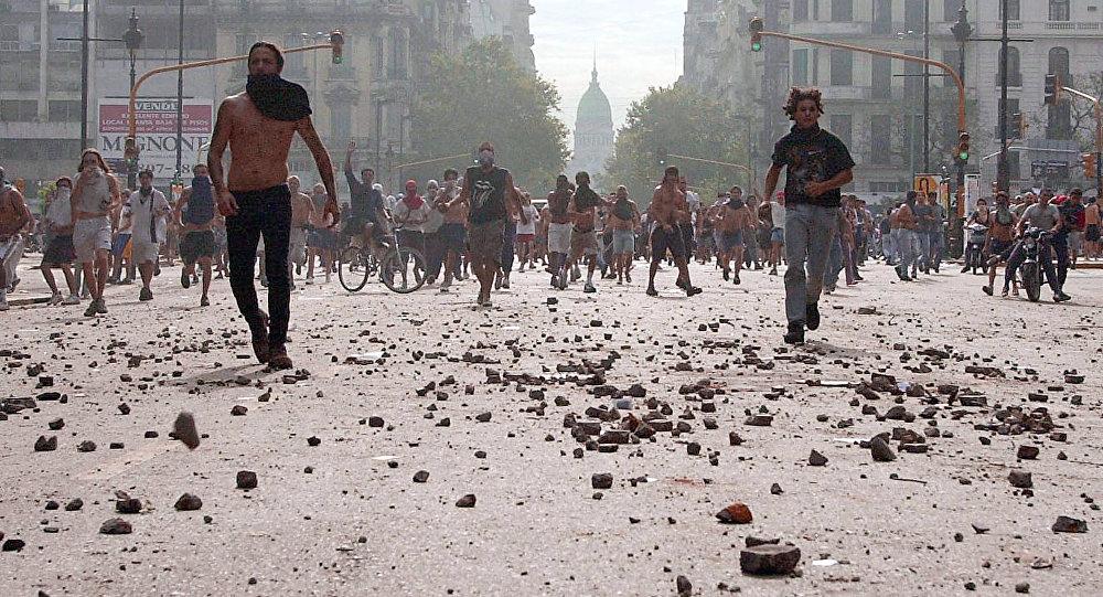 Manifestantes durante protestas contra el presidente argentino Fernando de la Rúa en Buenos Aires