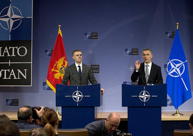 Igor Luksic, ministro de Asuntos Exteriores de Montenegro, y Jens Stoltenberg, secretario general de la OTAN