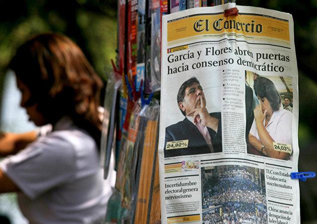 Un periódico peruano con las imagenes del expresidente Alan García y la excandidata presidencial Lourdes Flores (archivo)