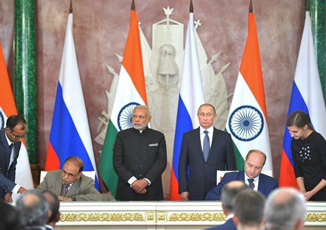 Titular del ministerio de Desarrollo del Lejano Oriente, Alexandr Galushka, y el director ejecutivo de Tata Power, Ashok Sethi firman un memorando de entendimiento en el ámbito de energía e inversiones en el Lejano Oriente