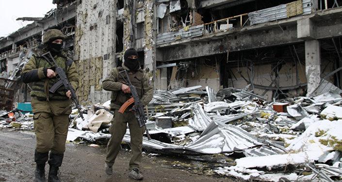 Milicianos de la RPD en el aeropuerto de Donetsk