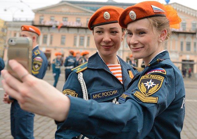 Hombres y mujeres socorristas rusos