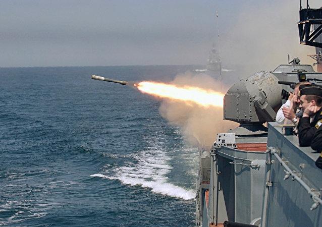 Un buque de la Armada rusa lanza un torpedo durante unas maniobras