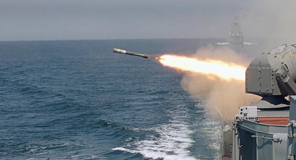 Un buque de la Armada rusa lanza un torpedo (archivo)