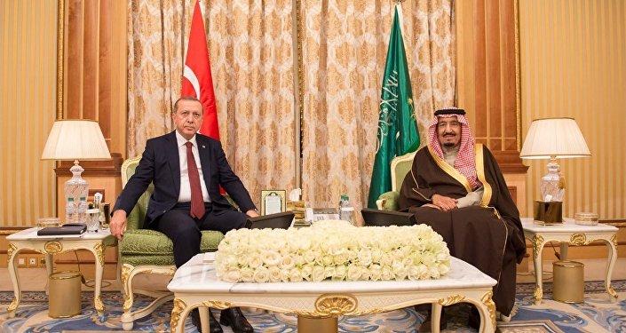 Presidente de Turquía, Recep Tayyip Erdogan, y rey de Arabia Saudí, Salmán bin Abdulaziz (archivo)
