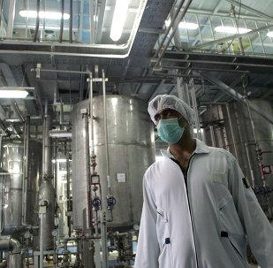 Un tecnólogo iraní en la planta de la conversión nuclear de Isfahan