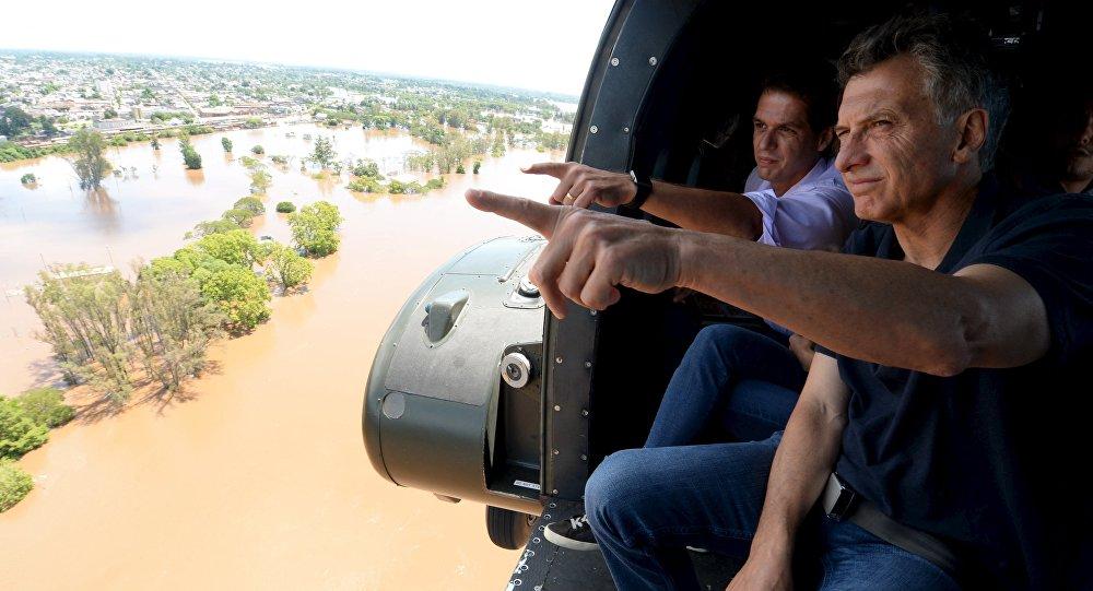 Mauricio Macri, presidente de Argentina, inspecciona los territorios inundados en alrededores de la ciudad de Concordia