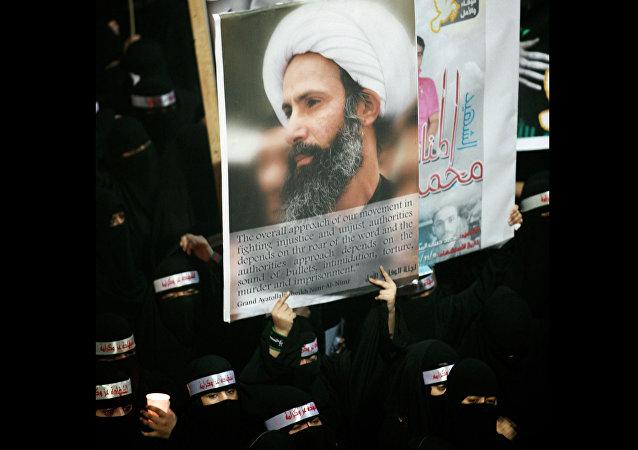 La imagén del clérigo chií Nimr Baqir al Nimr mostrada durante el funeral de tres chiíes atacados por las Fuerzas de Seguridad de Arabia Saudí, el 30 de septiembre de 2012