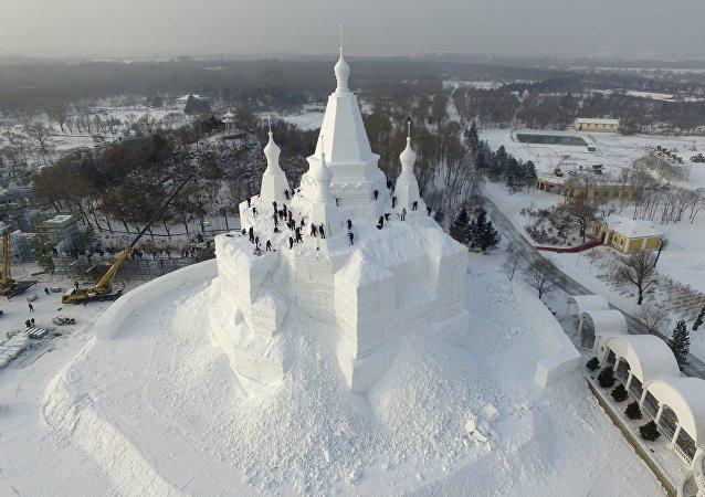 Castillo de nieve en construcción, Harbin, China