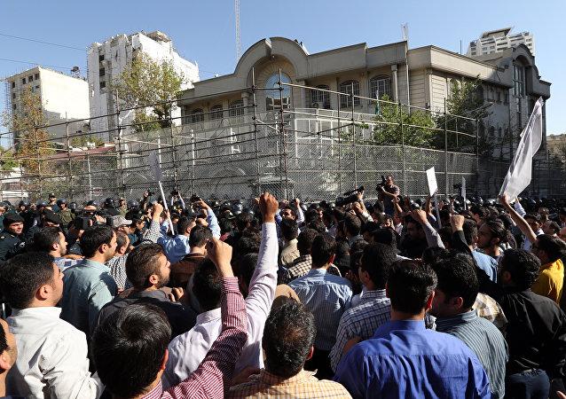 Los manifistantes iraníes atacan la embajade de Arabia Saudí en Teherán. Foto de archivo