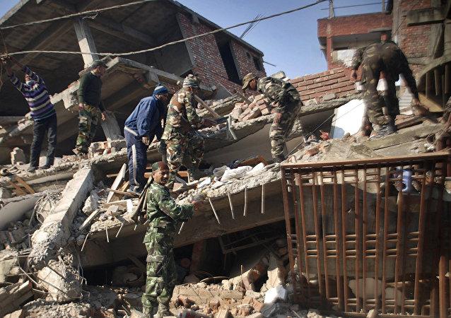 Los soldados indios y los residentes retiran las partes de la casa destruida por el terremoto en Imphal,capital del estado de Manipur. El 4 de enero del 2016
