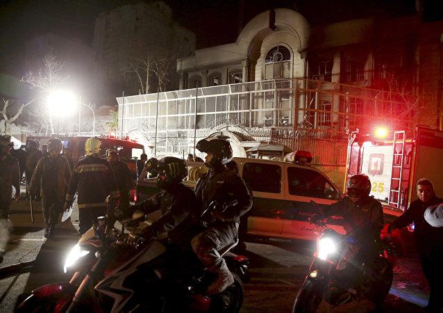 Las fuerzas de seguridad de Irán protectan la embajada de Arabia Saudí en Teherán, mientras que nu grupo de manifestantes protesta contra el asesinato de un clérigo shií en Arabia Saudí. El 3 de enero del 2016