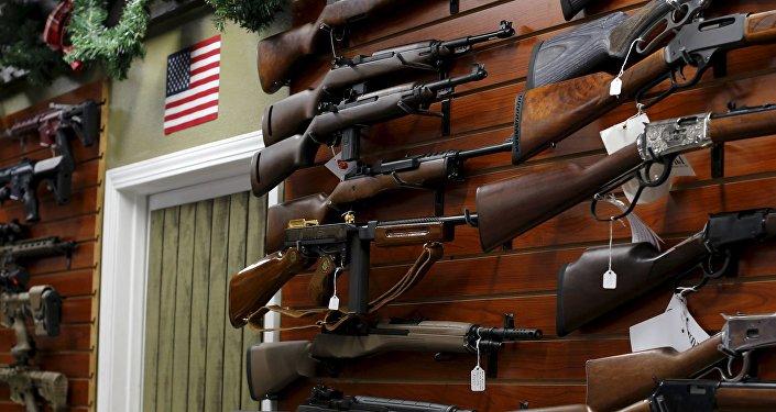 Armas de fuego exhibidas en una tienda en California, Estados Unidos
