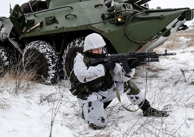 Soldado ruso en el equipo de combate Rátnik