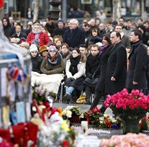 Los franses se reunieron en la Plaza de la República de París para recordar las víctimas de atentados del año 2015, el 10 de enero de 2016