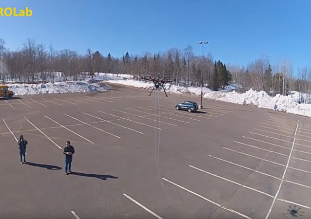 Multicóptero para atrapar drones