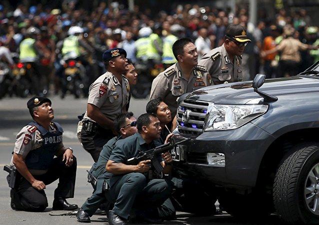 Policías indonesios en el lugar del atentado en Yakarta