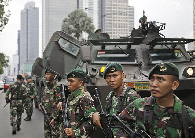 Soldados indonesios en el lugar del atentado en Yakarta
