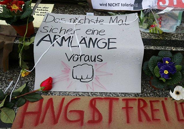 Flores y carteles en el lugar de las violaciones a mujeres alemanas en Colonia durante Nochevieja