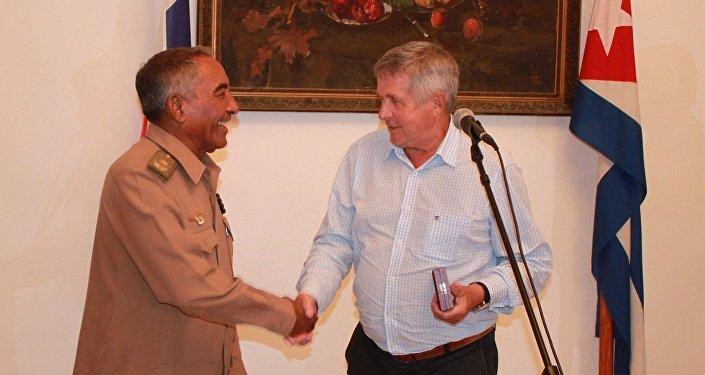 El cosmonauta Viktor Petrovich Savinykh (dcha) entrega la condecoración Orden Tsiolkovskii a Arnaldo Tamayo Méndez en la Embajada rusa en Cuba