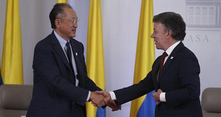 Jim Yong Kim, presidente del BM, y Juan Manuel Santos, presidente de Colombia