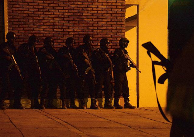 Soldados burquineses durante la operación de liberación del hotel Splendid