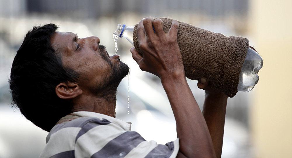 Un hombre bebe agua